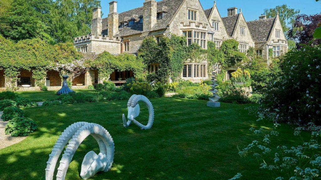 on form exhibition of sculpture at Asthall Manor
